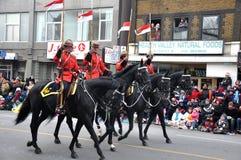 Protectores que montan en el desfile de Santa Imágenes de archivo libres de regalías
