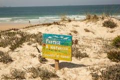 Protege een Natureza, respeita als Dunas, een beroep in het Portugees voor de bescherming van aard, vooral de duinen Stock Foto