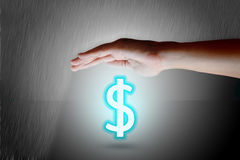 Protegga il concetto di simbolo del dollaro Mani che proteggono i sig disegnati del dollaro Fotografia Stock