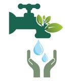 Protegga il rubinetto di acqua con le foglie Immagini Stock Libere da Diritti