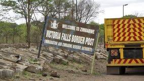 Protegga lo Zambia del confine nello Zimbabwe a Victoria Falls fotografia stock