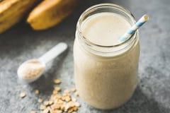 Protein-Milchshake mit Hafern, Banane lizenzfreie stockbilder