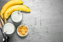 Protein Smoothie mit Banane und Erdnussbutter lizenzfreie stockfotos