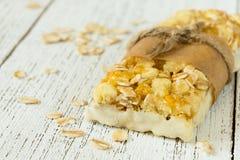 Proteina bary z masłem orzechowym i suszący - owoc, zdrowa przekąska Obrazy Royalty Free
