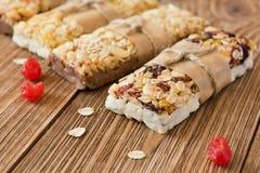 Proteina bary z masłem orzechowym i suszący - owoc, zdrowa przekąska Fotografia Royalty Free