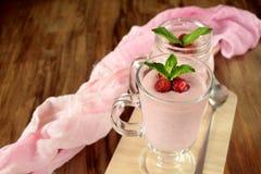 Proteincoctailen med jordgubbar och mintkaramellen i en irländare rånar Arkivfoto