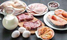Proteindiät: Rohprodukte auf dem hölzernen Hintergrund Stockfotos