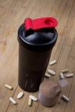 Proteindrink, Schüttel-Apparat und runde Schaufel Stockfotografie