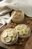 Proteine jedzenie - masło orzechowe i banan na ryżowych tortach, zdrowy, żywienioniowy jedzenie, zdjęcia stock