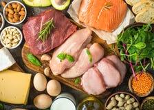 Proteinkällor - kött, fisk, ost, muttrar, bönor och gräsplaner royaltyfria bilder