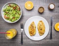 Proteinlebensmittel für Athleten, Hühnercurry, ein Salat des Frischgemüses, neue hölzerne rustikale Clo Draufsicht des Hintergrun stockfoto