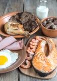 Proteinowa dieta: gotujący produkty na drewnianym tle fotografia royalty free