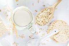 Proteinowego źródło owsa mleka domowej roboty produktu odgórny widok obrazy royalty free