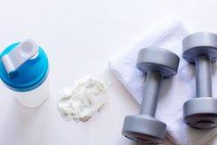 Proteinowy potrząśnięcie, dumbbells i ręcznik na białym tle, zdjęcie royalty free