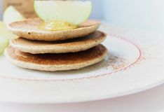 Proteinpfannkuchen mit Honig und Apfel Stockfotografie