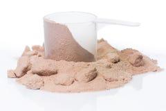 Proteinpulver och skopa Arkivfoto