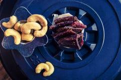 proteinreicher Snack zwischen den Ansätze, den Acajounüssen und dem gehackten Rindfleisch Lizenzfreie Stockbilder