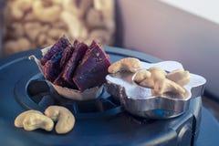 proteinreicher Snack zwischen den Ansätze, den Acajounüssen und dem gehackten Rindfleisch Lizenzfreie Stockfotografie