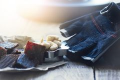 proteinreicher Snack zwischen den Ansätze, den Acajounüssen und dem gehackten Rindfleisch Lizenzfreies Stockfoto
