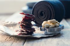 proteinreicher Snack zwischen den Ansätze, den Acajounüssen und dem gehackten Rindfleisch Stockfotos