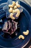 proteinreicher Snack zwischen den Ansätze, den Acajounüssen und dem gehackten Rindfleisch Stockbilder