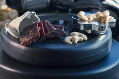 proteinreicher Snack zwischen den Ansätze, den Acajounüssen und dem gehackten Rindfleisch Stockfoto