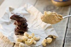 proteinreicher Snack zwischen Risings, Acajounüssen und gehacktem Rindfleisch Energiesnack vor der Ausbildung Lizenzfreie Stockbilder