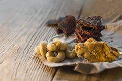 proteinreicher Snack zwischen Risings, Acajounüssen und gehacktem Rindfleisch Energiesnack vor der Ausbildung Stockfotografie