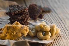 proteinreicher Snack zwischen Risings, Acajounüssen und gehacktem Rindfleisch Energiesnack vor der Ausbildung Stockfoto