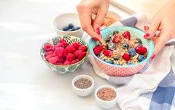 Proteinreiches gesundes Frühstück, Buchweizenbrei mit Blaubeeren, Himbeeren, Leinsamen und Honig Nahaufnahmeansicht, selektives f stockbild