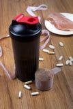 Proteinskaka, shaker och rund skopa royaltyfri bild