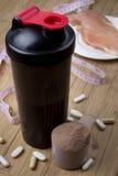 Proteinskaka, shaker och rund skopa royaltyfri foto