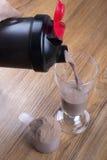 Proteinskaka, shaker och rund skopa royaltyfri fotografi