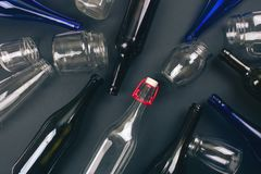 Proteja o ambiente Reciclando garrafas de vidro coloridas vazias no fundo escuro, vista superior Reduza reusar recicl excepto imagem de stock