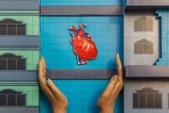 Proteja su corazón y lleve una vida sana Esta imagen representa una mano que protege el corazón fotos de archivo