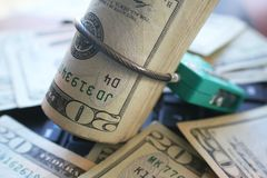 Proteja su dinero con la cerradura del cable alrededor de los años 20 de alta calidad Imagen de archivo libre de regalías