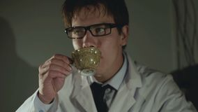 Proteshanden ger en kopp kaffe till den ägaren 4K arkivfilmer