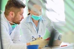 Protesi dentaria, protesi dentarie, attività di protesi Mani di protesi mentre lavorando alla protesi dentaria Fotografia Stock