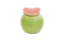 Protesi dentarie con la mela verde Immagini Stock