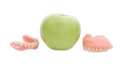 Protesi dentarie con la mela verde Immagini Stock Libere da Diritti