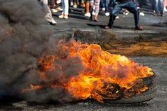 Protest-Aktion mit brennenden Reifen lizenzfreie stockbilder