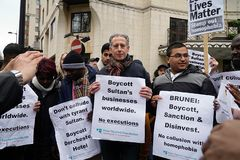 Protest außerhalb des Dorchester-Hotels London am 6. April 2019 stockbilder