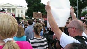 Protest bij het Witte Huis in Juli stock footage