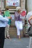 Protest framme av en bank 19 Arkivbild