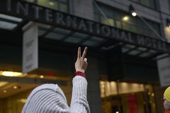 Protest framme av trumftornet i Toronto Royaltyfri Foto