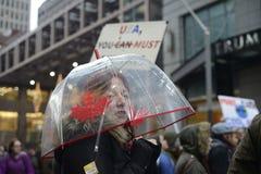 Protest framme av trumftornet i Toronto Fotografering för Bildbyråer