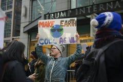 Protest framme av trumftornet i Toronto Royaltyfria Bilder