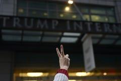 Protest framme av trumftornet i Toronto royaltyfri fotografi
