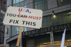 Protest framme av trumftornet i Toronto royaltyfria foton