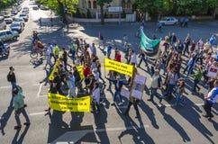 Protest i Bucharest mot olagligt logga arkivbild